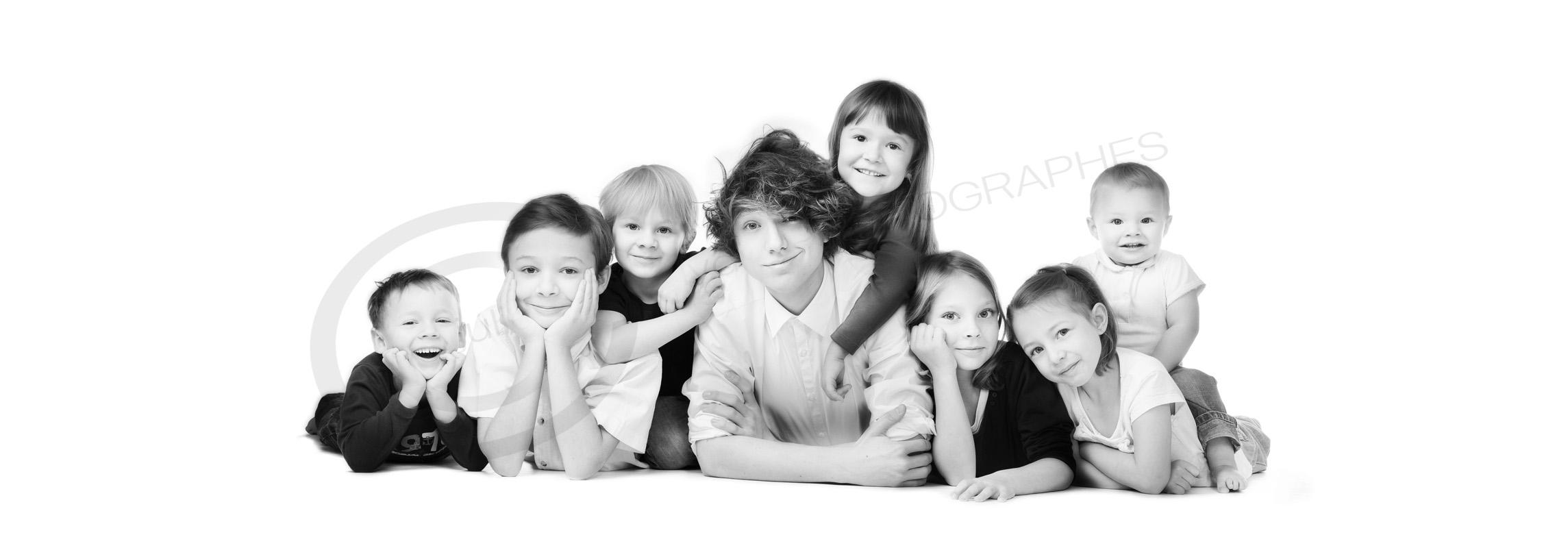 photo de famille avec des enfants : bande de cousin. Photographe à Mulhouse, Wittenheim.